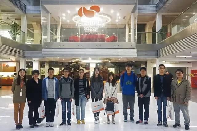 心动HR燕子、上大老师朱颖及兴趣小组的同学们(从左至右)2